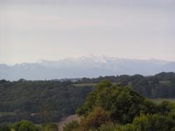 Les Pyrénées au loin