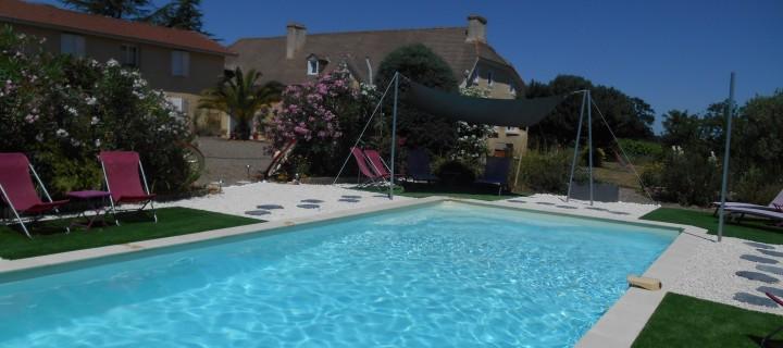 Vue piscine et maison